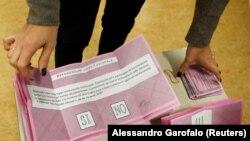 Италиядағы конституциялық реформалар бойынша референдумдағы дауыс беру бюллетені. 4 желтоқсан 2016 жыл.