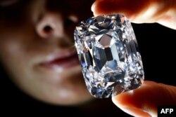 """Diamanti 76-karatësh pa ngjyrë """"Archduke Jozefi"""" u shit në një ankand në Gjenevë më 13 nëntor, për më shumë se 21.000.000 $ - njërekord në botë për çmimin e lartë."""