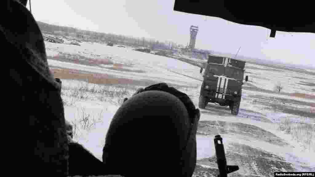 Дорога до «нового»терміналу Донецького аеропорту. Позаду ще «ціла»вежа. 30 грудня 2014 року