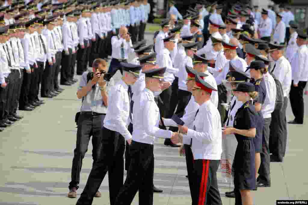 Дыплёмы выпускнікам уручалі і міліцэйскія генэралы