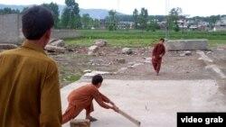 Қираған үйдің орнында крикет ойнап жүрген балалар. Абботабад, 26 сәуір 2012 жыл.