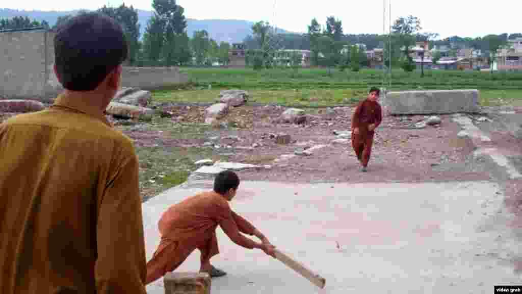 Тепер на його місці діти грають у крикет, улюблену гру пакистанців