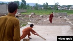 Кӯдакон дар порчаи замине, ки қаблан паноҳгоҳи Усома бин Лодин будааст, крикетбозӣ мекунанд