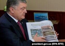Петр Порошенко демонстрирует фотографии российских танков на границе с Украиной