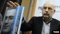 "Writer Boris Akunin presents ""Mikhail Khodorkovsky: Articles. Dialogues. Interviews"" at a book launch in Moscow."