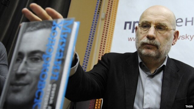 """Writer Boris Akunin presents """"Mikhail Khodorkovsky: Articles. Dialogues. Interviews"""" at a book launch in Moscow."""