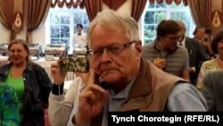 Профессор Чарлз Карлсон ПИАКтын коноктору менен. Бишкек. 26.8.2018.