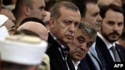 """Түркия президенті Тайып Ердоған """"сәтсіз әскери төңкеріс"""" деп сипатталған оқиғадан екі күн өткен соң қаза тапқан бейбіт тұрғындардың жаназасына қатысып тұр."""