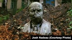 Ленин на территории заброшенного санаторного комплекса в Славянске