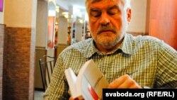 Уладзімер Арлоў з новай кнігай у руках