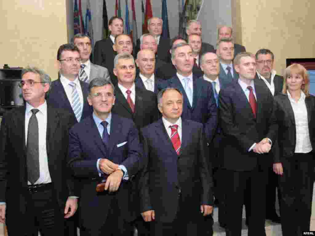 Crna Gora - ...i Nova vlada - -U sastavu nove crnogorske vlade nema velikih promjena, sastoji se od tri potpredsjednika i 17 ministara.