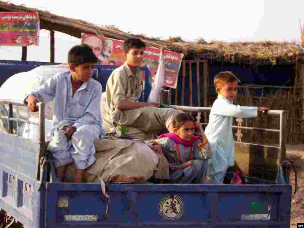 В долину Сват на северо-западе Пакистана сегодня начали возвращаться беженцы, покинувшие этот район в связи с начавшейся в конце апреля армейской операцией против талибов