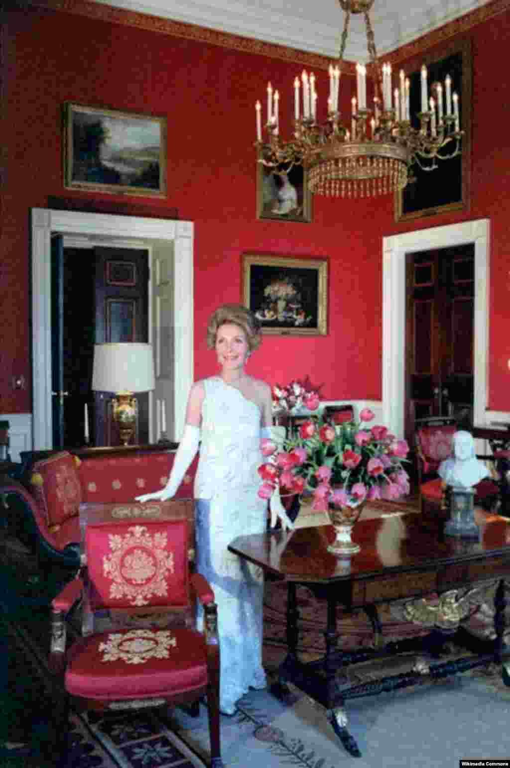 """Нэнси Рейган позирует для журнала """"Вог"""" в Красной комнате Белого дома. 1981 год."""