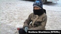 9 жасар мигрант бала Шахрук Арзықұлов қайыр сұрап отыр. Астана, 15 қараша 2012 жыл.