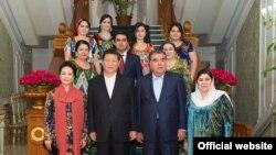 Эмомали Рахмон (второй справа в первом ряду) с супругой и детьми во время приема, организованного в честь визита президента Китая Си Цзиньпина (второй слева в первом ряду). Душанбе, 13 сентября 2014 года.