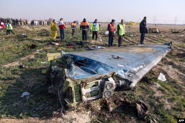 """Место крушения украинского """"Боинга"""" 8 января. Сейчас большая часть обломков убрана бульдозерами, порой вместе с пластом земли."""