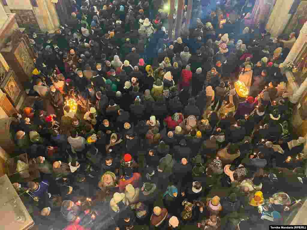 Люди слушают рождественскую проповедь в тбилисском соборе Святой Троицы