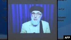 Гульбеддин Хекматияр, лидер группировки «Хэзб-э-Ислами», на экране проектора во время подписания мирного соглашения с правительством. Кабул, 29 сентября 2016 года.