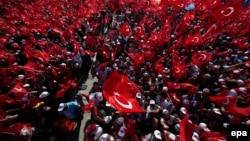 Հանրահավաքի հազարավոր մասնակիցներն իրենց համերաշխությունն են հայտնում նախագահ Էրդողանին, Ստամբուլ, 7-ը օգոստոսի, 2016 թ․
