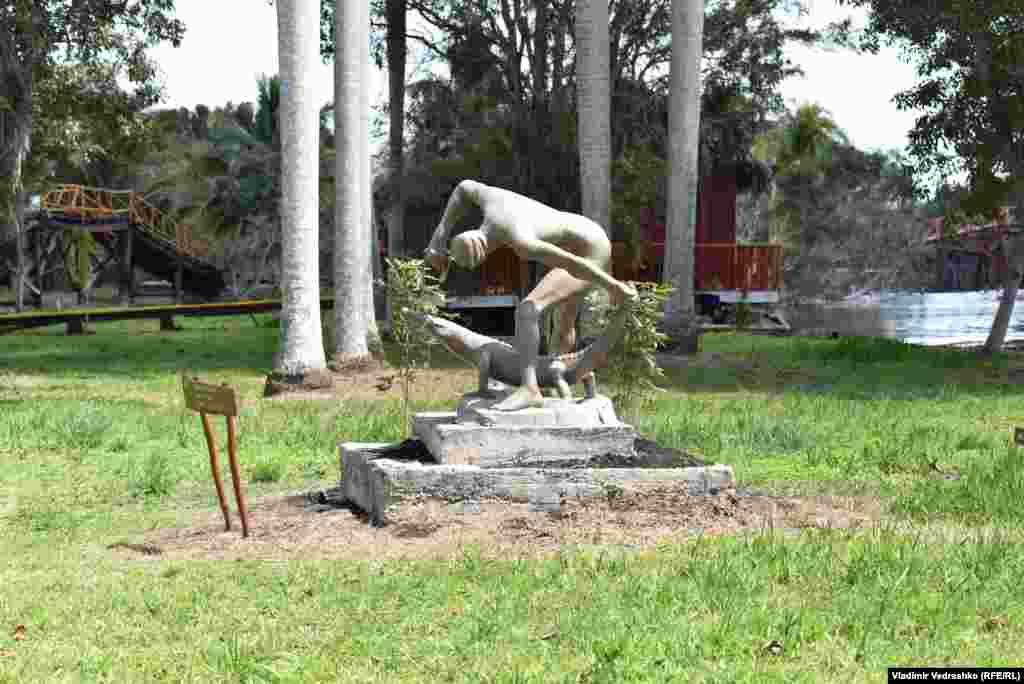 """В расположенной поблизости """"индейской деревне"""" есть скульптурная группа """"Охотник укрощает крокодила""""."""
