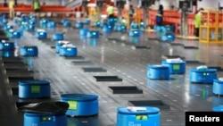 Кытайдын Alibaba компаниясы товар кампасында колдонгон роботтор. Ханчжоу, 14-сентябрь, 2018-жыл.