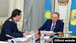Министр внутренних дел Казахстана Калмуханбет Касымов (слева) докладывает президенту Казахстана Нурсултану Назарбаеву о ситуации в стране. Астана, 19 апреля 2017 года.