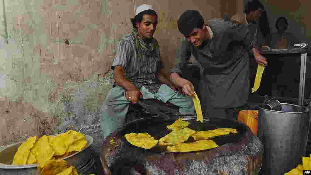 Әфганстан. Ир-атлар ифтар табынына әзерләнә