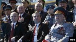 Путин баштаган аскерий жана саясий жетекчилик парадга трибунадан көз салып отурушту.
