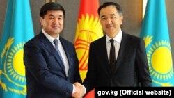 Премьер-министры Кыргызстана и Казахстана Мухаммедкалый Абылгазиев (слева) и Бакытжан Сагинтаев. Астана. 17 августа 2018 года.