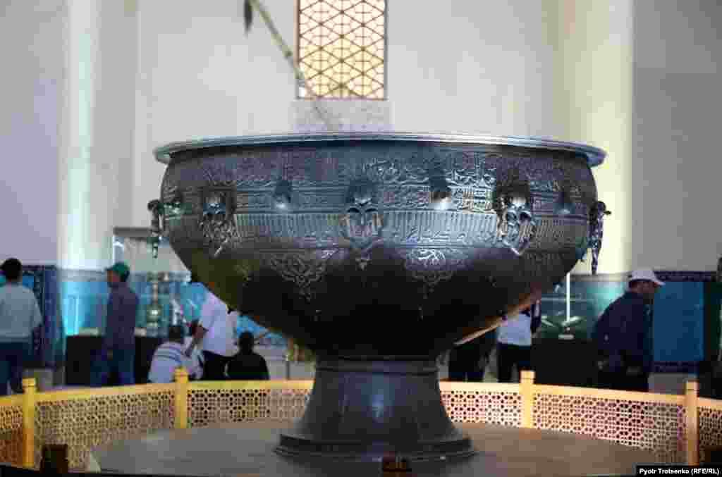 В центре мавзолея установлен двухтонный тайказан, одна из главных достопримечательностей Туркестана. Согласно надписи на казане, он был отлит в 1399 году по приказу Тамерлана в качестве дара мавзолею. С 1934 по 1988 год тайказан был экспонатом Эрмитажа, но потом был возвращен на прежнее место. Туркестан, 21 августа 2018 года.