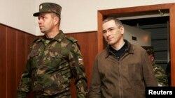 Заключенный российский бизнесмен Михаил Ходорковский входит в зал суда. Москва, 20 сентября 2005 года.
