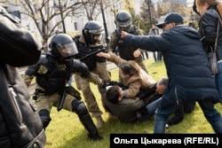 Forțele speciale de poliție se ciocnesc cu protestatarii în orașul Khabarovsk din Estu Îndepărtat al Rusiei. Proteste au avut loc regulat timp de câteva luni după arestarea în iulie a guvernatorului pentru acuzații de crimă. (Olga Tsykareva, RFE/RL)