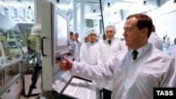 Премьер-министр России Дмитрий Медведев (на переднем плане).