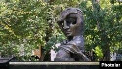 Памятник жертвам теракта 27 октября 1999 года, установленный во дворе здания Национального Собрания Армении