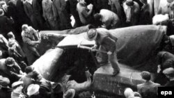 Венгры разрушают гигантскую статую Сталина. Будапешт, 1956