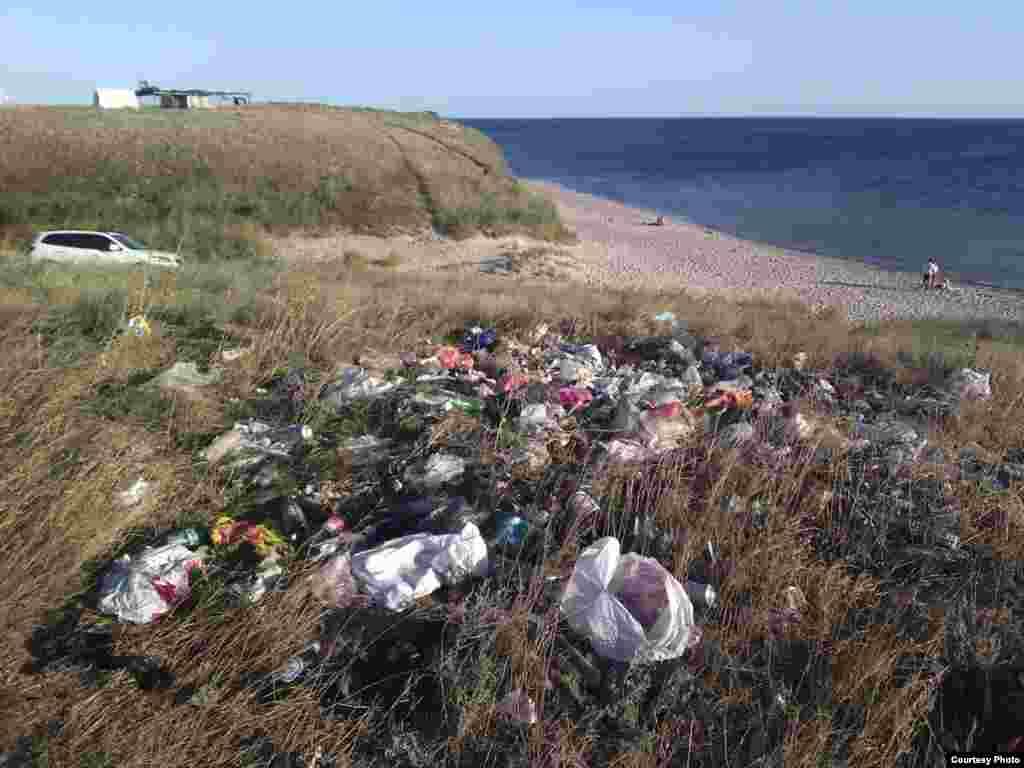 Qırımnıñ ğarbiy yalısına barğan turistler özlerinden soñ çöplük obalarını qaldıra, 2015 senesi avgust 27 künü