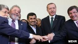Իրան - (ձախից աջ) Բրազիլիայի արտգործնախարար Սելսո Ամորիմը, Բրազիլիայի նախագահ Լուլա դա Սիլվան, Իրանի նախագահ Մահմուդ Ահմեդինեջադը, Թուրքիայի վարչապետ Ռեջեփ Էրդողանը եւ Թուրքիայի արտգործնախարար Ահմեդ Դավութօղլուն, Թեհրան, 17-ը մայիսի, 2010թ.