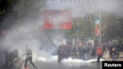 Истанбулнинг Тақсим майдонида полиция ва норозилар тўқнашуви.