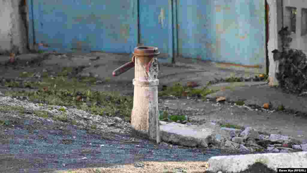 Старая водяная колонка на улице Сотника