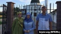 Зліва на право: Наджиє Алієва (мама), Гульсум Алієва, адвокат Олексій Ладін