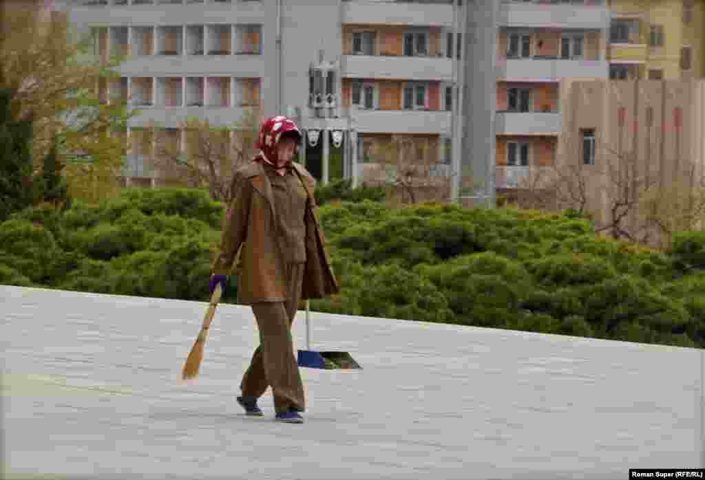 Уборщица. Стоит отметить, что улицы в Пхеньяне идеально чистые. Возможно, поэтому на них нельзя встретить бездомных животных – мусора (значит еды) для животных здесь просто нет