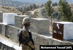 یو پاکستانی سرتېری په انګور اډه کې د ډېورنډ پر کرښه له کټارو سره نېږدې پهره ورکوي.