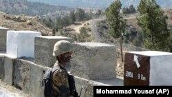 Солдат войск Пакистана охраняет участок границы между Пакистаном и Афганистаном.