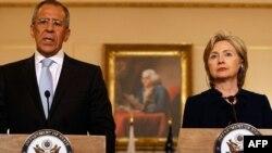 Хиллари Киинтон и Сергей Лавров на встрече в Вашингтоне 7 мая 2009 г.