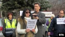 В събота жителите на Перник отново протестираха срещу виновниците за наложения им воден режим