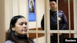 Обвиняемая в убийстве ребенка Гюльчехра Бобокулова на скамье подсудимых в московском суде. 2 марта 2016 года.