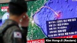 Një ushtar verikorean duke shikuar raportimet për testim të raketës balistike.