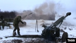 Ukraine -- Pro-Russian artillery gun fires near debaltseve in the Donetsk region, February 10, 2015