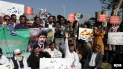Pakistani journalists rally to protest the attack on Hamid Mir.