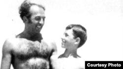 Gh. Babu Ursu într-o fotografie de familie cu fiul său Andrei